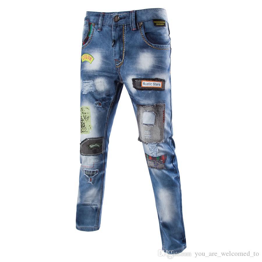 Compre 2018 Jeans Para Hombre Remiendo De Hip Hop Pantalones Sueltos  Ocasionales Blue Kanye West Jeans Pantalón Elástico Diseñador De La Marca  Moda Slim Fit ... bf9ea6b8a50