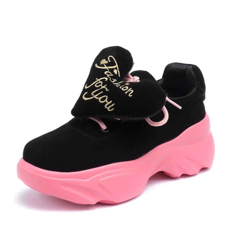 7123c2cbfb Compre Novos Sapatos De Sola Grossa Mulher Doce Em Forma De Coração  Decoração Outono Quente De Couro Real Casual Calçados Esportivos Quentes  Lace Up Sapatos ...