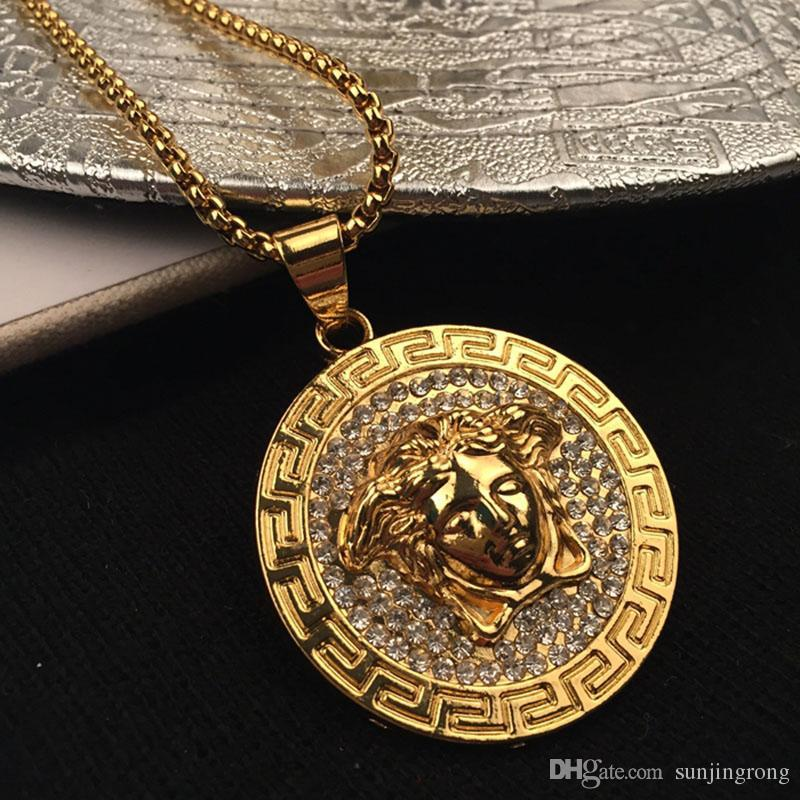 c9ef4c5e875a Compre Diamante Ornam Medusa Hombres Carta Impreso Cirlce Marca Collar  Colgantes De Moda Hip Hop Rock Regalos Para Friedns A  19.77 Del Pigfashion