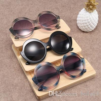 Compre Designer De Óculos De Sol Para Homens Moda Oversize Quadrado  Feminino Óculos De Sol 2018 Mulheres Flat Top Retro Eyewear UV400 De  Bella03, ... 224b2b0ccd