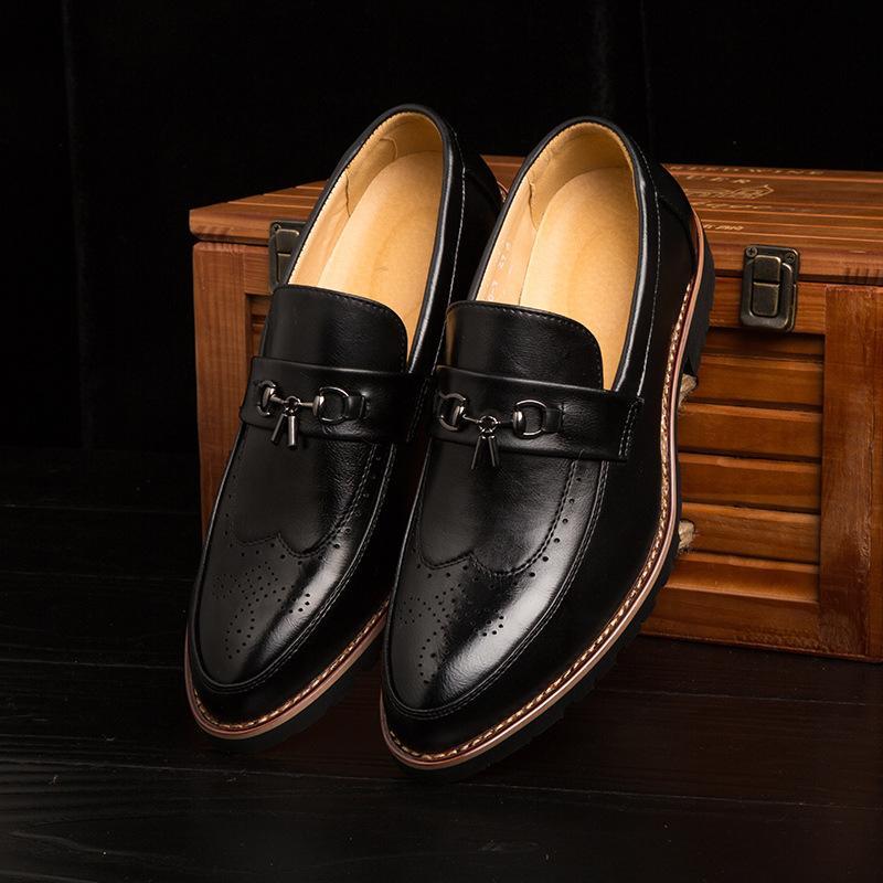 47057ef62 Compre Homens Clássicos Bullock Sapatos Masculinos De Borracha Inferior  Mocassins Respirável Homens Deslizamento Em Sapatos De Casamento De Wiskey
