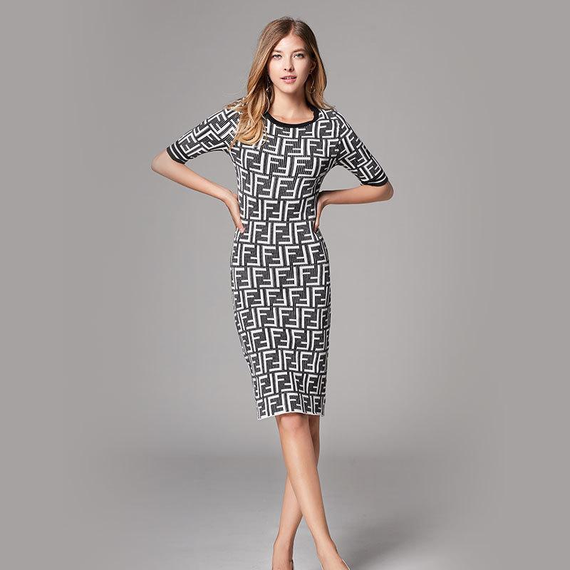 b7e814215e Compre 2019 Nueva Llegada De La Marca De Las Mujeres Vestido De Cuello  Redondo Adelgaza La Moda Salvaje Vestido De Punto Diseño Femenino Para El  Verano Con ...