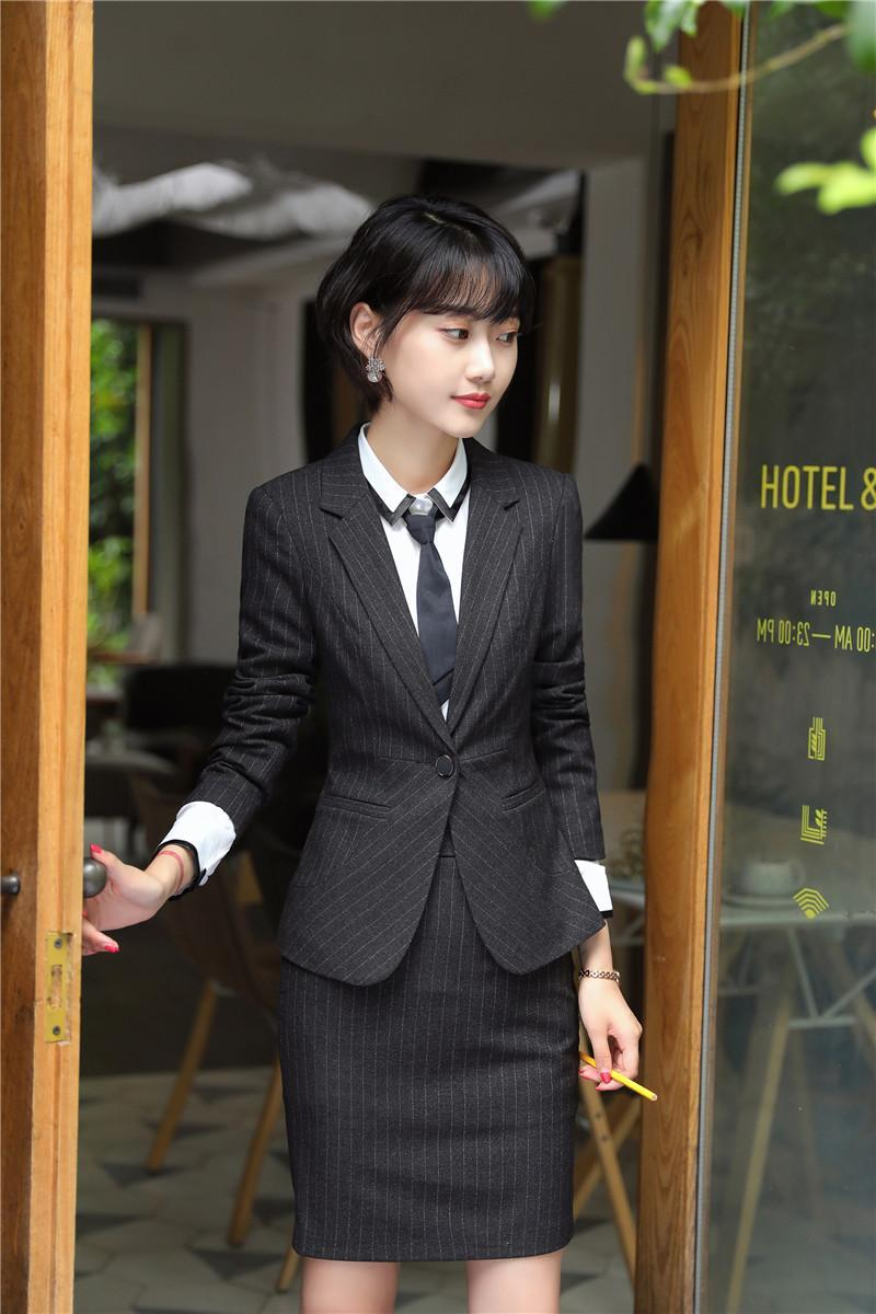 89a8399555 Compre Moda Uniforme Formal Listrado Designs Ternos De Saia Com Jaquetas E  Saia Para Mulheres Desgaste Do Trabalho Conjuntos De Blazers Femininos ...