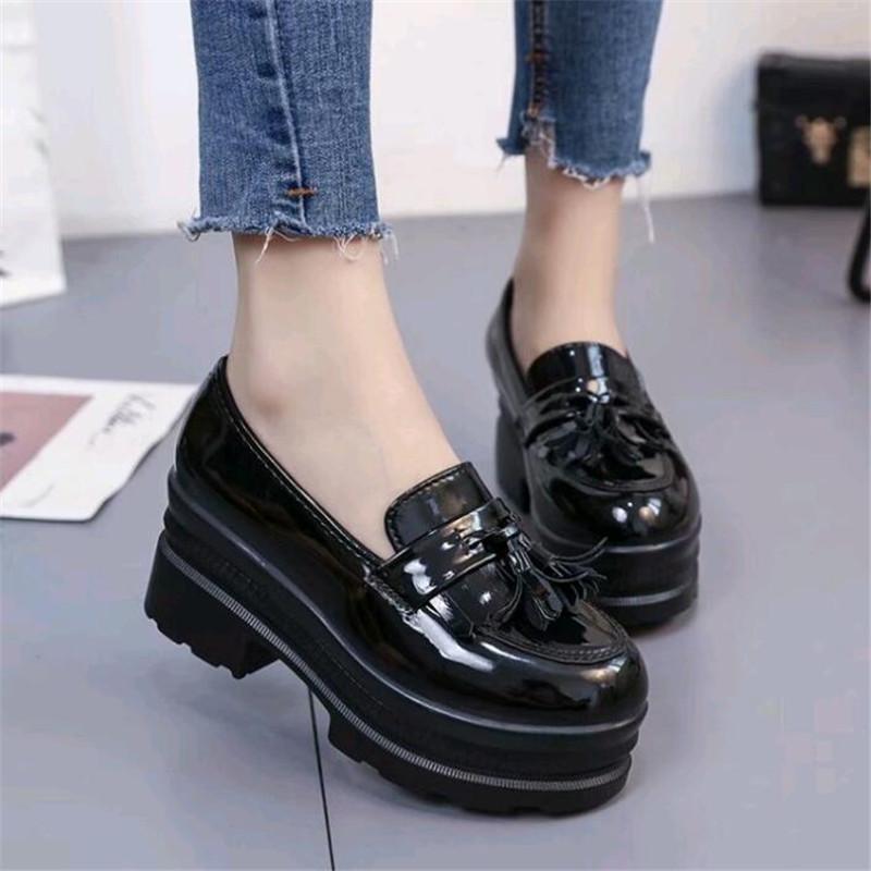 a228a1d8a1 Compre 2019 Mujeres Tacones Bajos Mujer De Otoño  Zapato Moda Borlas  Plataforma De Cuero De Patente Para Mujer Costura Resbalón En El Calzado  Femenino A ...