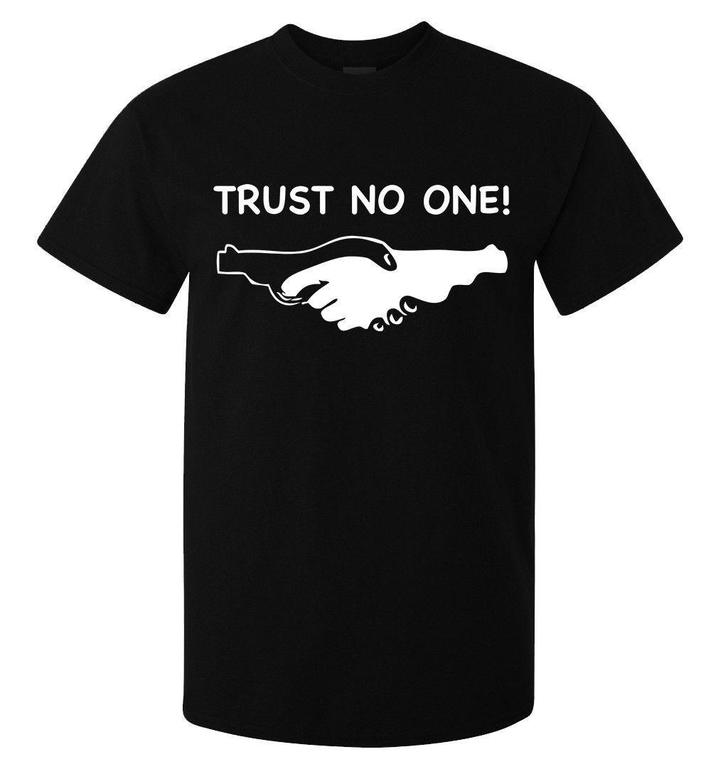 a3ebe3741cf Compre Camiseta Trust No One Hand Gun Slogan Art Para Hombre Mujer  Disponible