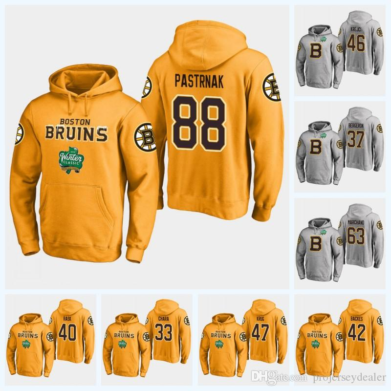 2cca570d990 Acquista 88 David Pastrnak Boston Bruins Felpa Con Cappuccio Brad Marchand  David Krejci Patrice Bergeron Zdeno Chara 2019 Winter Classic Jersey Da  Hockey A ...