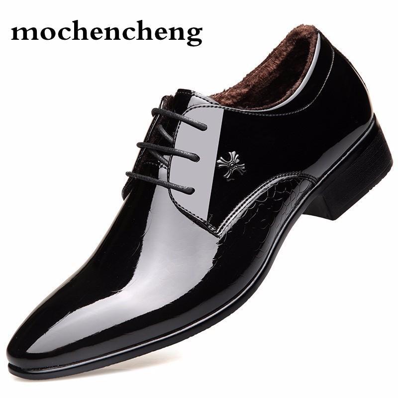266333bd3 Compre Homens Sapatos Formais Zapatos Hombre Sapato Masculino Vestido De  Casamento Sapatos De Couro De Pelúcia Curto Homens De Couro Oxford Para De  ...