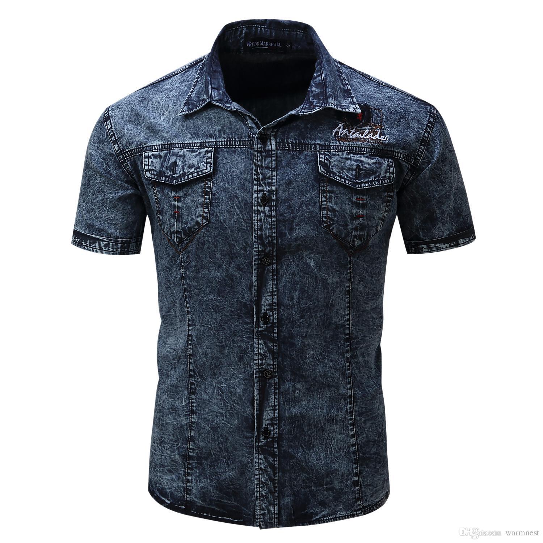 new styles 55d40 8f552 New Denim Camicia Uomo manica corta Camicia di jeans Abito casual maschile  Camicie uomo Jean di alta qualità Street indossando con due tasche