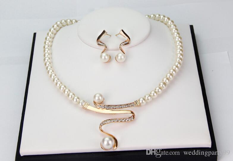 5cf718b53e09 Compre Collar De Perlas De Cristal Colgante Conjunto De Aretes Elegante  Novia Joyería De La Boda Mujeres Regalo Del Partido Perla Studs Pendientes  Conjuntos ...