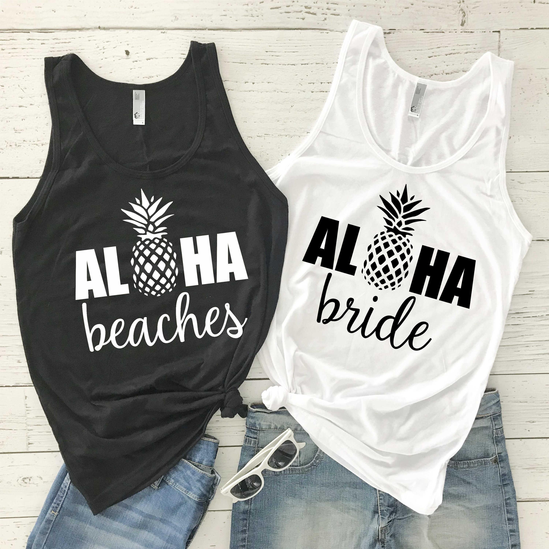 da3286737 Compre Loha Beaches Mulheres Sem Mangas Regata Aloha Camisa De Noiva Causal  Bachelorette Tanque Abacaxi Impressão Fora Do Ombro Colete T Gráfico  Y190123 De ...
