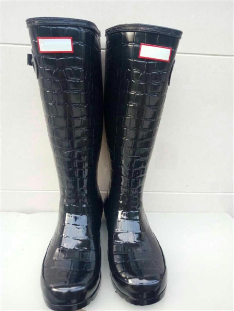 7cd1db629d3 Fashion Women Rainboots Knee High Tall Rain Boots Famous Brand Waterproof  Rubber Water Shoes England Style Girl Rainshoes Low Heel Rainboots Ladies  Boots ...