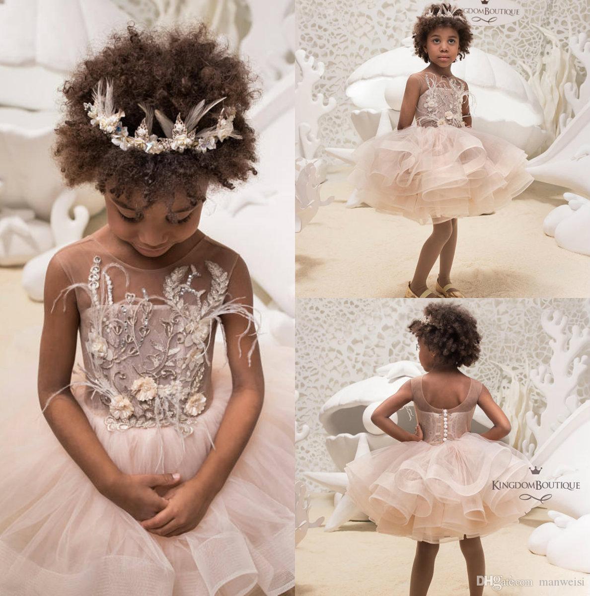 7334c157d97f Acquista 2019 Brevi Ragazze Di Fiore Abiti Matrimoni Gonne A File Pizzo  Appliqued Perline Vestiti Flowergirl Abito Economico Comunione Africana A   71.76 Dal ...