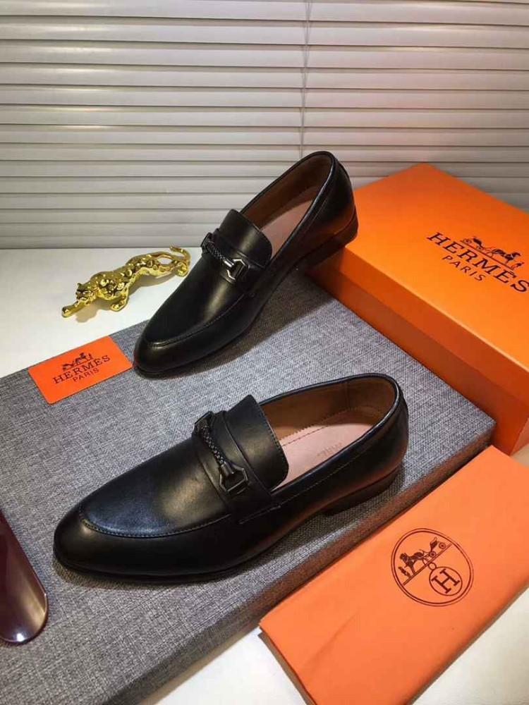 Scarpe eleganti da uomo di alta gamma. Il tessuto è realizzato in pelle di vitello con strato superiore importato italiano.