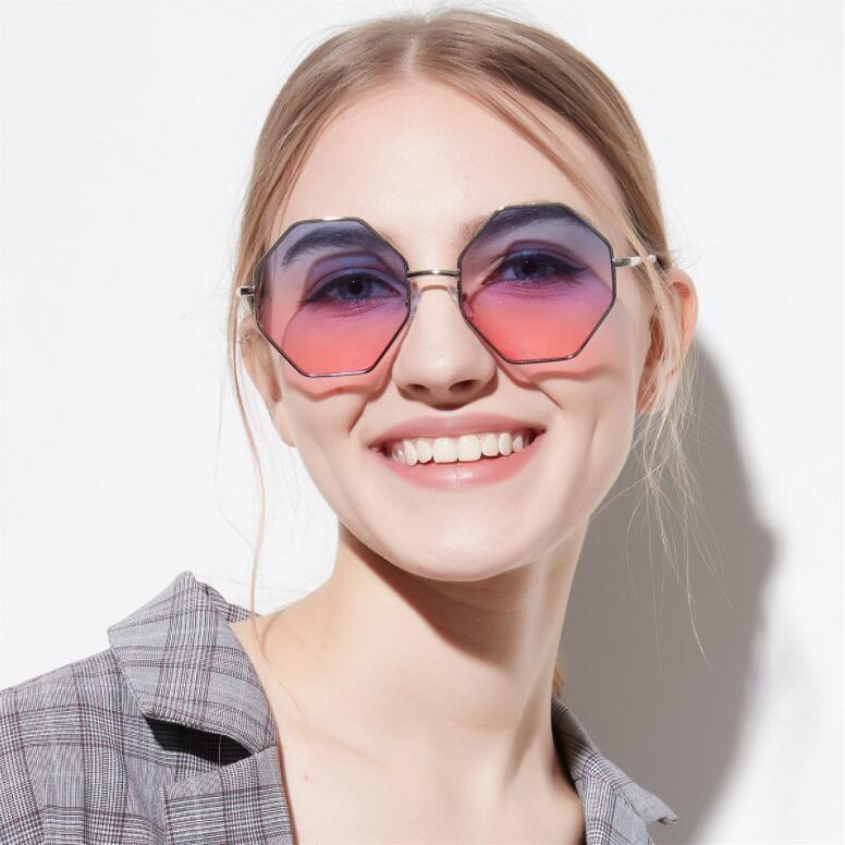 f097656e017df Compre 2018 Mulheres Moda Quadrado Óculos De Sol Colorido Transparente  Lente Marinha Óculos De Sol Elegante Marca Designer Polígono De Diamante  Homens De ...