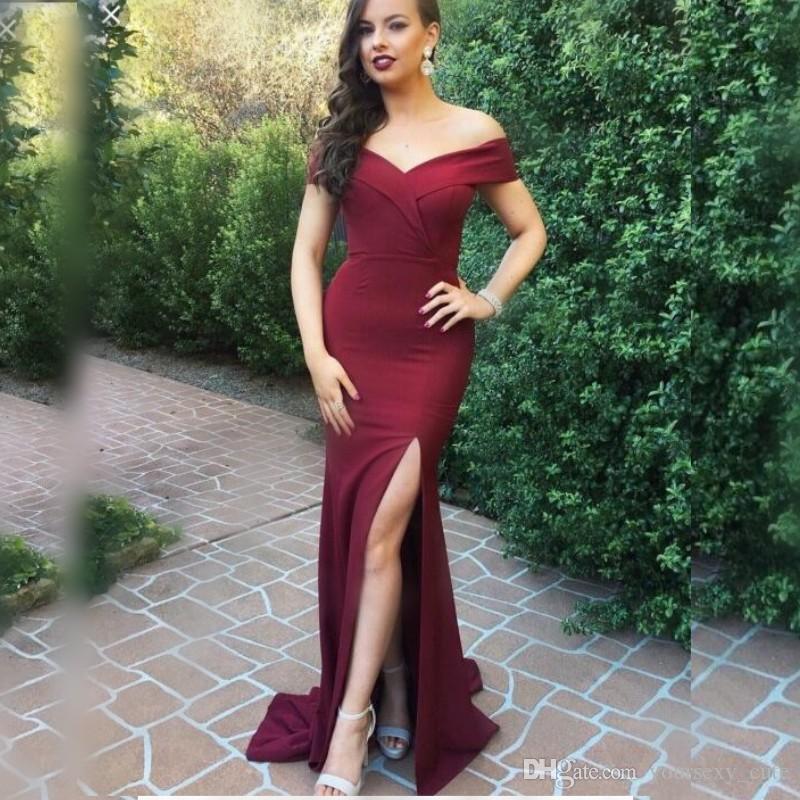 26432db819 Compre Borgoña Sirena Vestidos De Dama De Honor Largos Fuera Del Hombro Sexy  Front Split Boda Vestido De Invitado Mujeres De Satén Ropa Formal Vestido  De ...