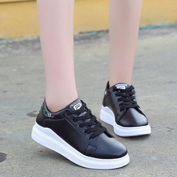 03a259db8a Compre Nova Versão Coreana De Mulheres Sapatos Na Primavera E No Outono  Raso Bordado Plano Fundo Feminino Pequeno Branco Sapatos Placa De Dhenana,  ...