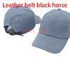 الدينيم الأزرق مع حزام جلد الحصان الأسود