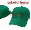 الأخضر مع حصان ملون