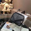 NO.2 حقيبة سوداء مع شعار الفضة