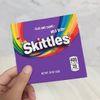 Saco roxo de Skittles.