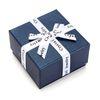 مع علبة هدية زرقاء