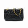 Черная сумка с золотой цепью