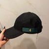 قبعة القماش الأحمر والأخضر الأسود