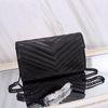 Siyah çanta siyah zinciri