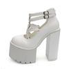 احذية بيضاء