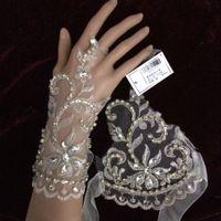 Einfaches Handgelenk-Längen-Weiß-Brauthandschuh-Spitze-wulstige fingerlose Hochzeits-Zusatz-Braut-Handschuhe geben Verschiffen frei WWL