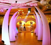 Défense défilante gonflable d'éclairage décoratif multicolore de 4m pour le mariage et l'événement