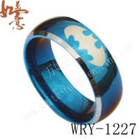 Murciélago grabado anillo de tungsteno azul con lados plateados Joyería para hombres Anillo de dedo WRY-1227 Ventas calientes 8 mm