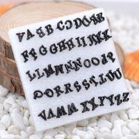 A-Z mektubu alfabe küpe siyah beyaz küpe çiviler kadın reçine küpe Chirstmas hediye için en iyi takı