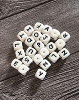 100 шт. Силиконовые алфавиты бусины 12 мм BPA бесплатные пищевые буквы жевательные бусины для прорезывания зубов ожерелье DIY Chewelry