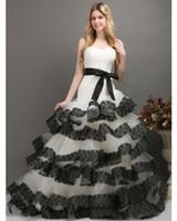 2015 Vestidos de novia de encaje blanco y negro Sin tirantes vestido de noiva Una línea Barrido Tren espalda Corsé Cinta Vestidos de novia vintage de alta calidad