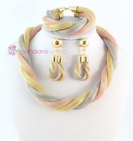 A estrenar venta al por mayor de alta calidad de la joyería india establece tres colores chapado en oro Chunky collar pulsera pendientes de boda joyería conjuntos
