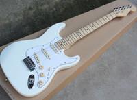 Due stili all'ingrosso della fabbrica Chitarra elettrica bianca con bianco Pickguard, SSS Pickups, Acero Manico di chitarra, può essere personalizzato come Richiesta
