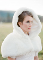 2020 Novo romático inverno barato em estoque capuz branco marfim curta jaqueta de pele falsa casamento nupcial envoltórios aquecedor mulheres xaile capes frete grátis