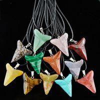 Lote 12 pcs Pedra Natural dente de tubarão pingente de colar turquesa encantos para homens mulheres presentes