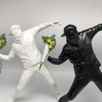 Werfen England Street Art Banksy Spielzeug Medicom Blumen Bomber Skulptur Dekoration