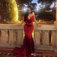 Vestidos de fiesta formales de noche árabe rojo oscuro con cuello en V sin espalda largo de la sirena vestidos de baile sin mangas de espagueti Appliques del cordón