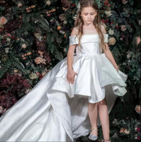 2019 Cute Sheer Neck Hi-Lo Bianco Flower Girl Dresses For Weddings Maniche corte Girls Pageant Dress Bambino Birthday Party Gowns