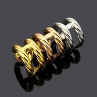 Nueva joyería de acero de titanio anillo de damas al por mayor de la letra H diseño hueco nariz de cerdo giro pares del anillo del regalo del partido