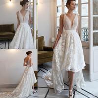 2020 Riki Dalal High Low Wedding Dresses Sheer Deep V 넥 레이스 Applique 민소매 빈티지 신부 가운 법원 기차 백리스 웨딩 드레스
