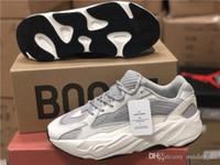 new product d0473 b9549 Version 2018 700 V2 Statique Kanye West Blanc Gris Causal Hommes Femmes  Chaussures De Course Authentique