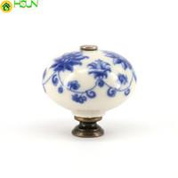 2 PCS Azul Flor Impresso Alças de Cerâmica Maçanetas Da Mobília Rural Europeia Gaveta Puxa Armário de Cozinha Maçanetas e Alças