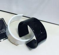 Nuevo clásico europeo negro blanco moda acrílico pulsera adornos de mano accesorios del brazalete 6 * 2.8 CM 2 unids para regalo VIP