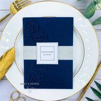 Hermosa Navy Blue Rose Cut Cut Body Invitaciones de boda con banda de vientre y tarjeta RSVP, proporciona impresión gratuita