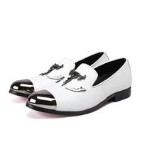 남성 파티와 웨딩 로퍼 남성 플랫 새로운 금속 발가락과 금속 두개골 버클 남자의 특허 가죽 캐주얼 신발
