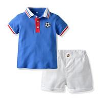 2019 طفل بنين الرياضة تتسابق الصيف للأطفال مجموعات الملابس عارضة طفل لكرة القدم الشريط T-shirt أعلى + الأبيض السراويل الدعاوى 2PCS Y1702